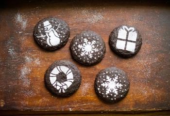 Праздничное печенье с какао, имбирем и корицей