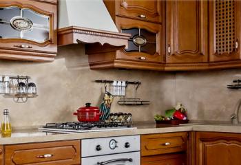 Кухни на заказ: дизайнерский шик и превосходство древесного массива