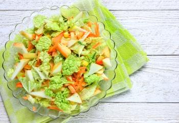 Подаем на стол салат из курицы и китайской капусты