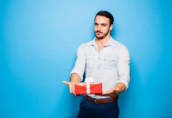 Как раскрутить мужчину на подарки? Действенные способы