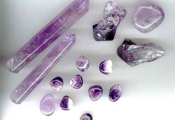 Как называется фиолетовый камень