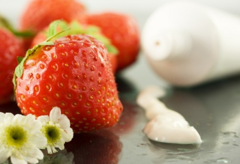 Лето в косметичке: топ-10 средств с ягодами