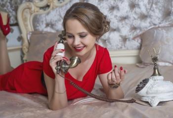 С чем носить красное платье-футляр