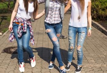 Модные джинсы на лето: как и с чем их носить