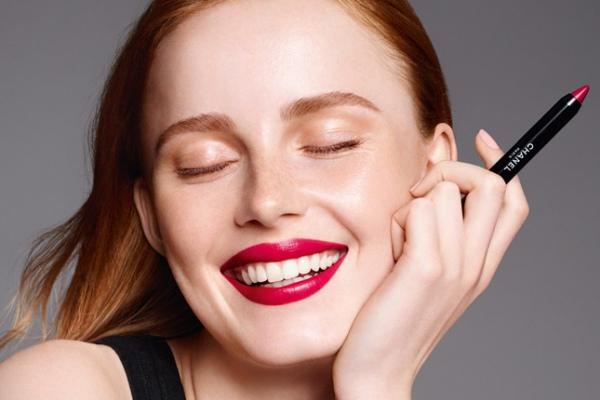 Chanel представили атласную помаду-карандаш для губ в 12 оттенках