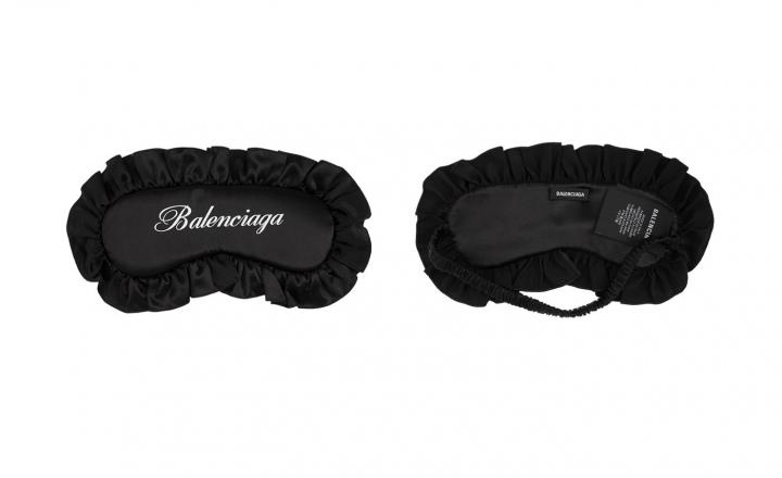 Balenciaga выпустили комплект для сна из черного шелка