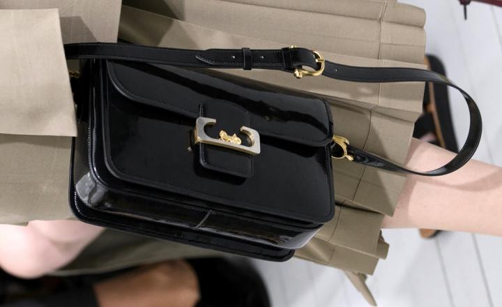 Новые сумки и ремни Céline: возвращенние культового логотипа