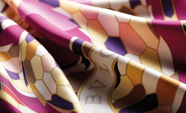 Легендарные ювелирные мотивы в коллекции шейных платков Bvlgari