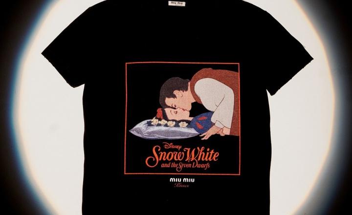 Miu Miu выпустили коллекцию футболок со знаменитыми кинопоцелуями: фото