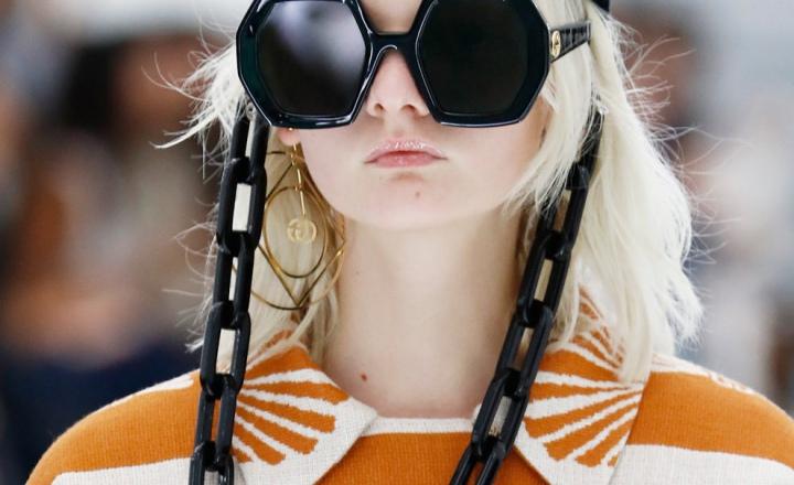 Gucci представили самые большие цепочки для очков в истории моды