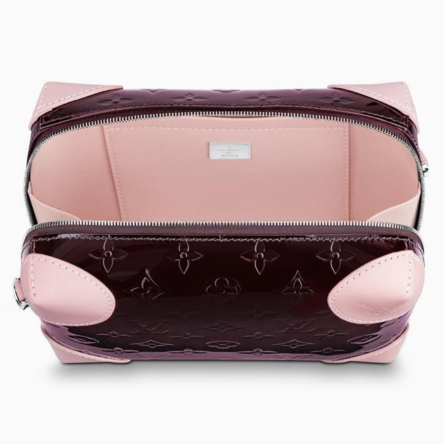 bde9e2a5ba66 Внутри сумка также приятно удивит контрастным подкладом и карманом с  классической монограммой. Louis Vuitton Venice уже в продаже по цене 103  400 рублей.